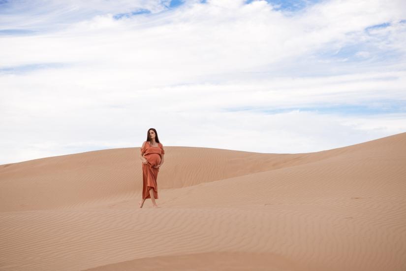 model-sand-dunes-dress-maternity-2